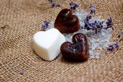 Tre saponi del cuore, ramoscelli della lavanda e sali da bagno sull'inclinazione della iuta Immagine Stock Libera da Diritti