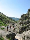 Tre scalatori in canyon fotografia stock