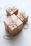 Tre scatole festive hanno decorato il cavo della tela del fiocco di neve Immagini Stock