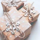 Tre scatole festive hanno decorato il cavo della tela del fiocco di neve Immagine Stock Libera da Diritti