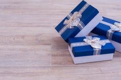 Tre scatole in un mucchio sul pavimento Fotografie Stock Libere da Diritti