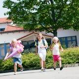 Tre scolari che hanno divertimento Immagini Stock Libere da Diritti