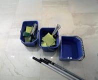 Tre secchi con differenti strumenti per la pulizia del pavimento Immagine Stock Libera da Diritti