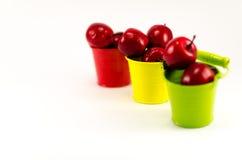 Tre secchi con le mele rosse su fondo bianco Fotografie Stock Libere da Diritti