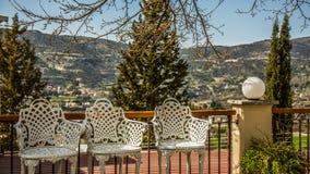 Tre sedie sulla veranda della montagna Fotografie Stock