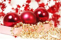 Tre sfere di colore rosso di chrispmas fotografia stock