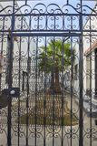 Tre sid borggården som var bifogad vid en smidesjärnport Arkivbild