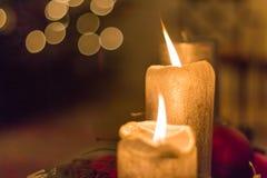 Tre silvriga stearinljus på en adventkrans fotografering för bildbyråer
