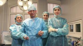 Tre sjuksköterskor och en kirurg i fungeringsrummet efter operationen avslutas arkivfilmer