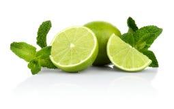 Tre skivade limefrukter med mintkaramellen som isoleras på en vit bakgrund Royaltyfri Fotografi