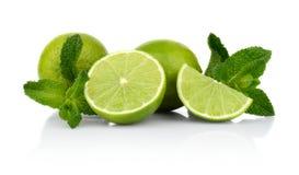 Tre skivade limefrukter med mintkaramellen som isoleras på en vit bakgrund Royaltyfria Bilder