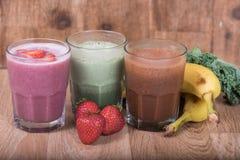 Tre smoothieskakor med bananer och jordgubbar Royaltyfri Bild