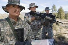 Tre soldater under utbildning Fotografering för Bildbyråer