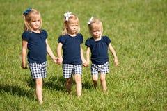 Tre sorelle che camminano in un campo Fotografia Stock Libera da Diritti