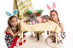 Tre sorelle con le orecchie del coniglietto di pasqua Fotografia Stock