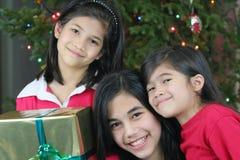 Tre sorelle felici con i presente Fotografia Stock Libera da Diritti