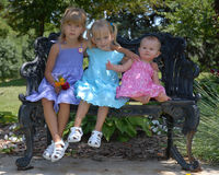 Tre sorelle sul banco Fotografie Stock Libere da Diritti