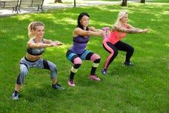 Tre sportiga kvinnlig arkivbild