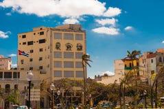 Tre stående är på väggen av byggnaden: Che Guevara Fidel Castro Den kubanska flaggan framkallar cuba havana Fotografering för Bildbyråer
