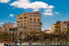 Tre stående är på väggen av byggnaden: Che Guevara Fidel Castro Den kubanska flaggan framkallar cuba havana Royaltyfria Bilder