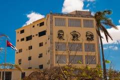 Tre stående är på väggen av byggnaden: Che Guevara Fidel Castro Den kubanska flaggan framkallar cuba havana Royaltyfri Bild