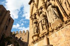Tre statue nella facciata della chiesa della Santa Maria Immagine Stock