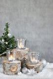 Tre stearinljus och julgran Arkivbilder