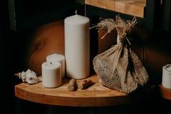Tre stearinljus på träjordning, stearinljus Jul Fotografering för Bildbyråer