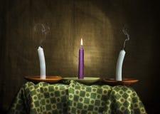 Tre stearinljus symboliserar hopp till epilepsin och hälsa royaltyfri bild