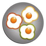 Tre stekte ägg med gräsplan, röd gul paprika ägg stekt peppar Royaltyfria Bilder