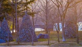 Tre stenkolonner som omges av träd Royaltyfria Foton