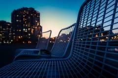 Tre stolar på nattstaden och den beatuful himmelsikten royaltyfri bild