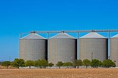 Tre stora kornlagringssilor arkivbild
