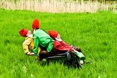 Tre strömförande trädgårds- gnomes i Kronberg, Hessen Royaltyfri Bild