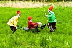 Tre strömförande trädgårds- gnomes i Kronberg, Hessen Royaltyfri Fotografi