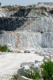 Tre strati delle scogliere alla miniera di marmo Immagini Stock