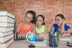 Tre studente, ragazza che lavora al suo compito Ritratto dello studente della High School delle ragazze che studia e che scrive Fotografia Stock Libera da Diritti