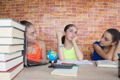 Tre studente, ragazza che lavora al suo compito Ritratto dello studente della High School delle ragazze che studia e che scrive Fotografie Stock