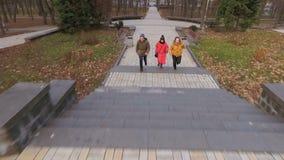 Tre studenter går till universitetet till och med höst parkerar arkivfilmer
