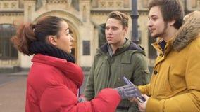 Tre studenter near universitetet arkivfilmer