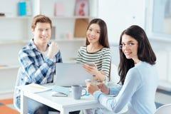 Tre studenti ambiziosi che preparano per la prova Fotografia Stock