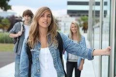 Tre studenti che camminano sulla città universitaria Fotografia Stock
