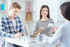 Tre studenti diligenti che studiano insieme Immagine Stock