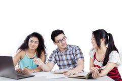 Tre studenti ed assegnazioni Fotografie Stock Libere da Diritti