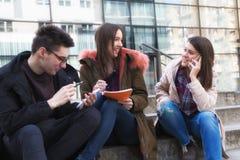 Tre studenti felici prendono le note Immagini Stock Libere da Diritti