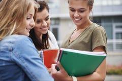 Tre studenti occupati sulla città universitaria Fotografia Stock Libera da Diritti
