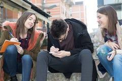 Tre studenti sorridenti felici Immagine Stock