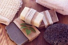 Tre stycken av torr tvål med en handduk, polermedel och en bast Royaltyfri Fotografi