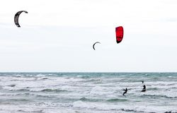 Tre surfisti dell'aquilone Fotografia Stock