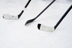 Tre svarta ishockeypinnar på domstolen Förberedelse för utbildning i ett öppet område royaltyfri fotografi